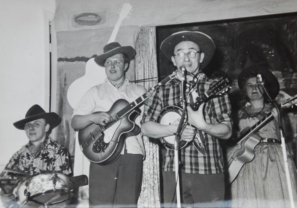 Cor speelt nog net zo graag Banjo als vroeger. Naast hem staat Jaap van Rijn (ovl)