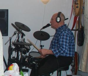 Bram op de moderne V-drums