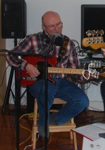 Eric-Jan zingt en speelt een liedje
