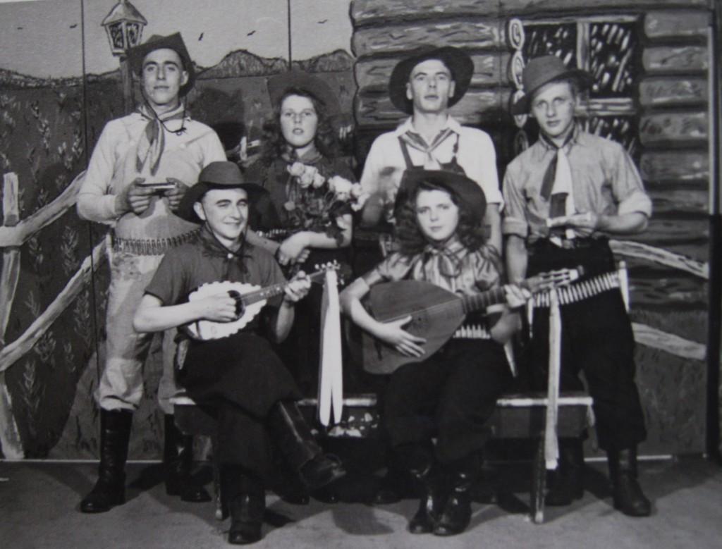 Dit is de eerst bekende foto van De Pierewaaiers genomen op 18 maart 1948. Vlnr boven: Chiel van der Plas, Cobie Remmelswaal (ovl), Wim Guijt (ovl), Gijs van Duijn. Onder: Cor van Duijn, Corrie Remmelswaal.